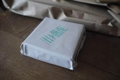 Verpackter Holzklotz | raupenblau